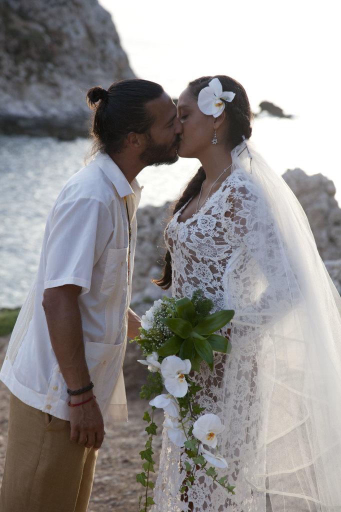 bride-groom-kiss-italian-bohemian-wedding