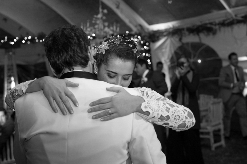 bride-and-groowm-slow-dances-in-small-and-intimate-wedding
