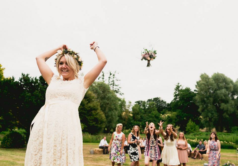 bohemian-wedding-bouqet-throwing