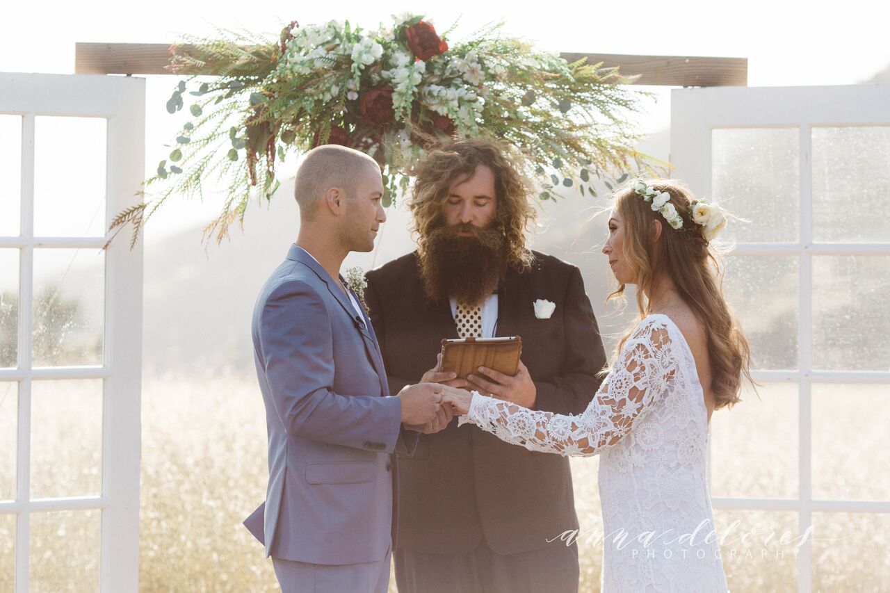 bohemian-couple-at-thealtar-farmfhouse-wedding-in-california