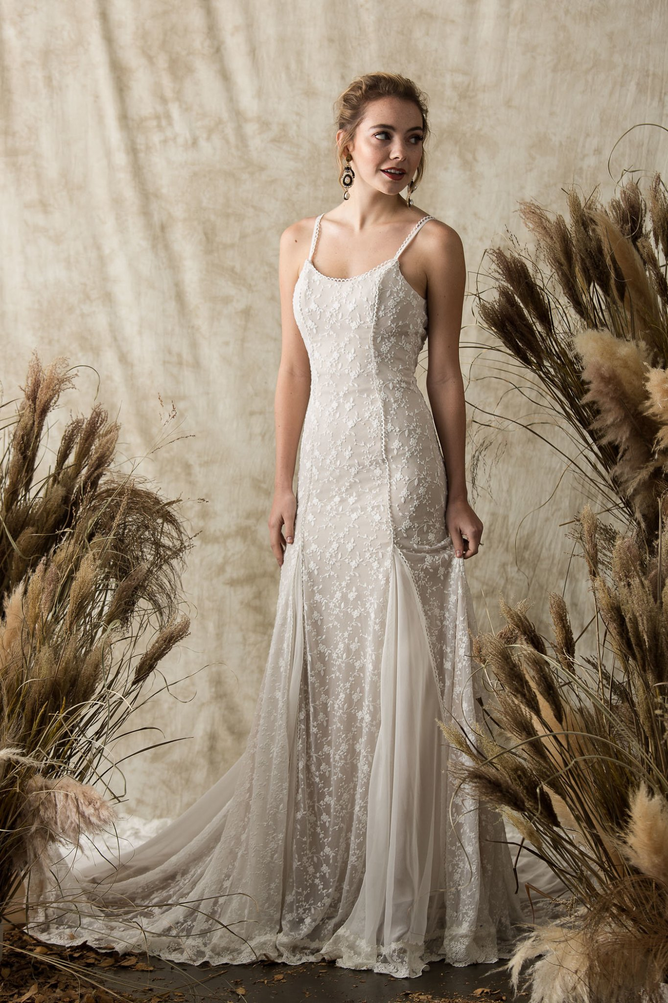 dreamy-lace-backless-wedding-dress-with-silk-godet-at-front-back-long-train