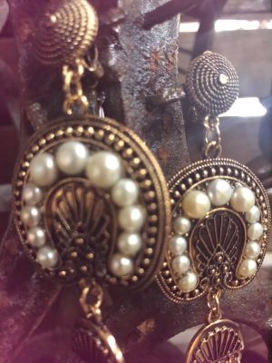 close-up-pearl-earrings-finished-in-antique-gold